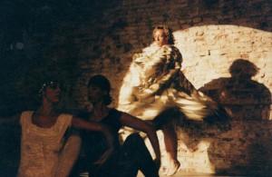 35 anni, un po' tardi per iniziare danza... ma l'esigenza di fare il maschio per forza cominciava ad attenuarsi (hei, son sempre quello dietro, mica una di quelle davanti !)...